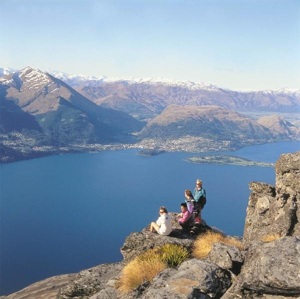 https://img.kiaoraviaggi.it/Nuova%20Zelanda/immagini_nel_testo/NZ_Milford_Haven_Stirling_Falls_Milford_Sound.jpg